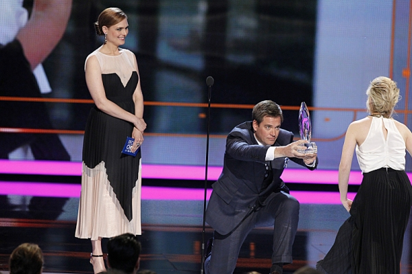 Emily Deschanel and Michael Weatherly present Favorite Actress In A New TV Series to Sarah Michelle Gellar during The PEOPLE''S CHOICE AWARDS, the only major awards show where fans determine the nominees and winners across categories of movies, music and