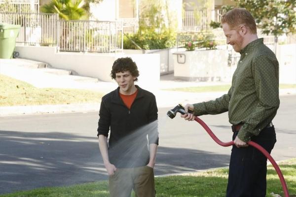 Photo Flash: First Look at Jane Krakowski & Jesse Eisenberg on ABC's MODERN FAMILY
