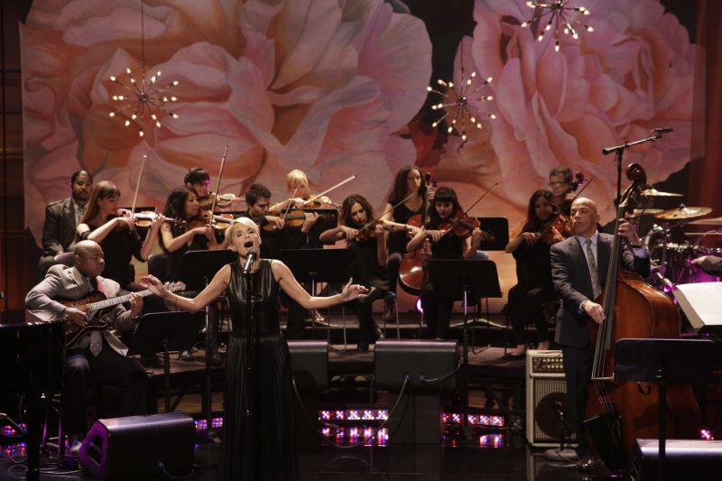 Photo Flash: Kristin Chenoweth Gets Standing Ovation for 'Smile' on THE TONIGHT SHOW