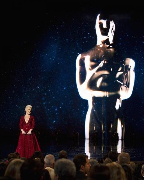 Photo Flash: OSCAR Highlights - Idina Sings, Blanchett Wins & Stars Dine on Pizza!