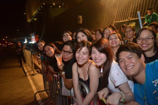 Photos|Video: WICKED Fans Serenade Australasian Cast on Closing Night