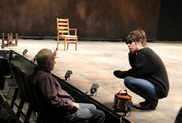 Director Arin Arbus in rehearsal with Michael Pennington (Lear)