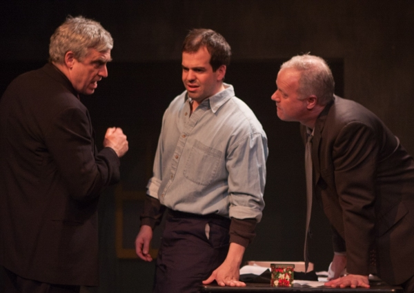 Tupolski (Scott Nangle l.) and Ariel (John Ade r.) interrogate the writer Katurian (Tom Mazzarella c.)