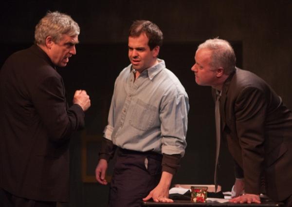 Tupolski (Scott Nangle l.) and Ariel (John Ade r.) interrogate the writer Katurian (Tom Mazzarella c.)