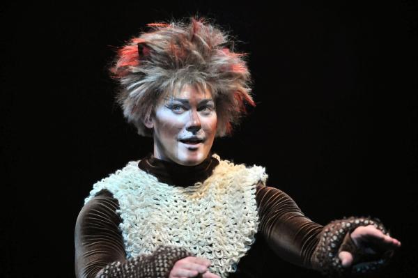 Liam Quealy as Munkustrap