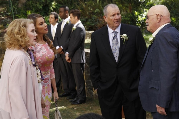 Photo Flash: Nathan Lane Returns for MODERN FAMILY Season Finale Wedding!