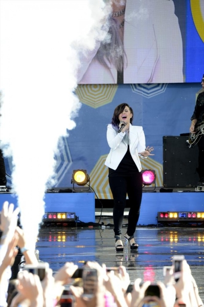 Photos & Video: DEMI LOVATO Performs 'Heart Attack' on GMA Concert Series