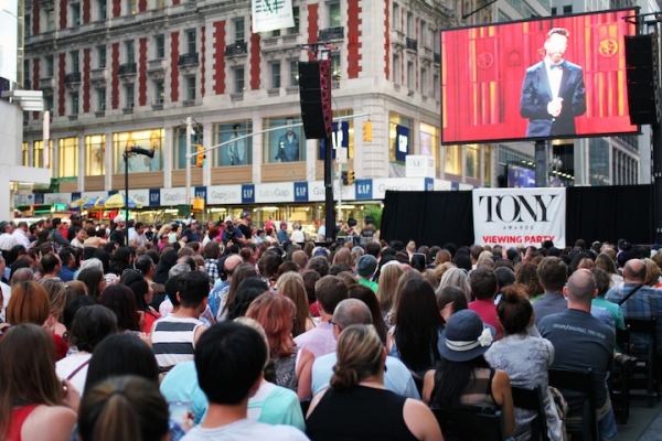 Photo Flash: Kerry Butler & Justin Guarini Host TONY AWARDS Simulcast in Times Squre