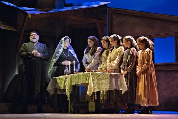 Joe Vincent as Tevye, Anne Kanengeiser as Golde and their daughters: Jennifer Apple a Photo