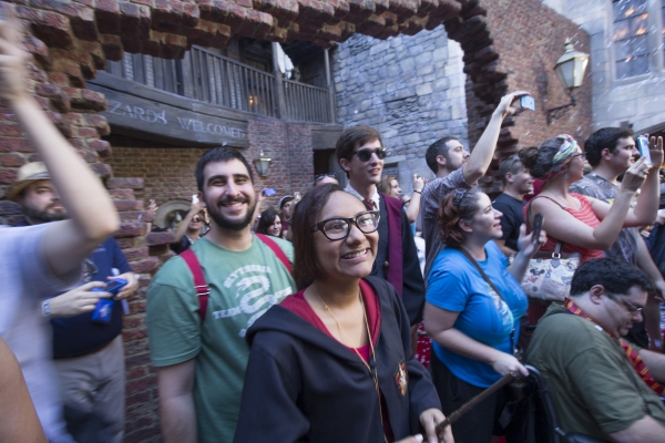 Universal Orlando Resort officially opened The Wizarding World of Harry Potter Ý Diagon Alley today, July 8, at Universal Studios Florida. Universal Orlando welcomed thousands of excited guests into the spectacularly themed land for the very first time w