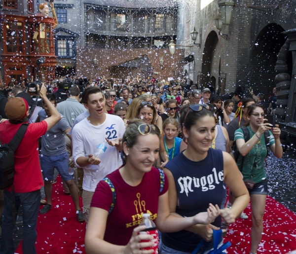 Universal Orlando Resort officially opened The Wizarding World of Harry Potter Ý Diagon Alley today, July 8, at Universal Studios Florida. Universal Orlando welcomed thousands of excited guests into the spectacularly themed land for the very first time