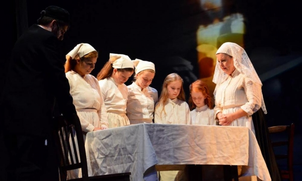 Susan Wefel as Golde (at right next to table) with her daughters played by Alissa Rivera, Hanna Murphy, Brianna Jaffe, Katheryn Cooper, and Jolie Jaffe