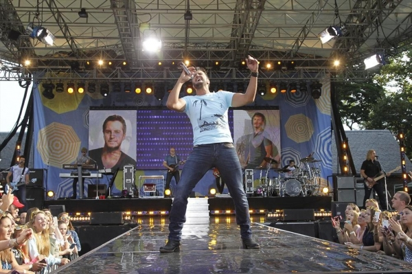 Photo Flash: Luke Bryan Rocks Out on GMA's Summer Concert Series
