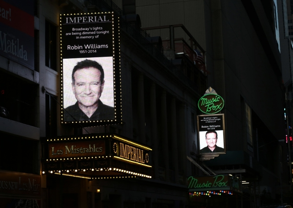 Photo Coverage: Broadway Theaters Dim Lights to Honor Robin Williams