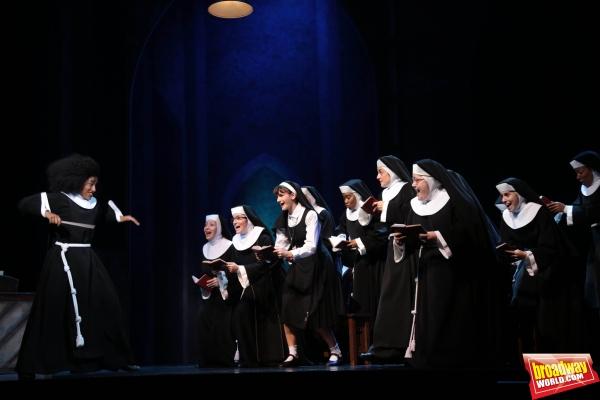 Deloris (Mireia Mambo Bokele) pone en pie al coro del convento Photo