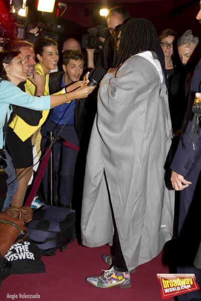 Whoopi Goldberg atendiendo a los periodistas
