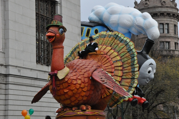 Photos: Idina Menzel, ON THE TOWN & More at 88th Annual Macy's Thanksgiving Day Parade!