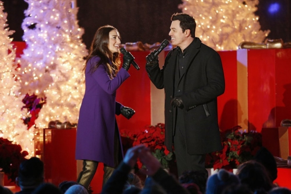 CHRISTMAS IN ROCKEFELLER CENTER -- Pictured: Seth McFarlane and Sara Bareilles perform ''Baby It''s Cold Outside'' as they rehearse for tonight''s NBC holiday special, ''Christmas In Rockefeller Center, airing live at 8 p.m. ET. -- (Photo by: Eric Liebowi