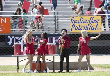 (Heather Morris, L), Santana (Naya Rivera, C) and Quinn (Dianna Agron