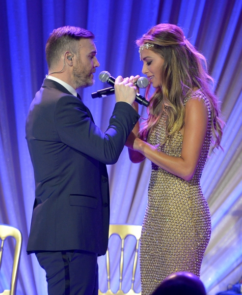 LOS ANGELES, CA - FEBRUARY 21:  Singers Gary Barlow (L) and Nicole Scherzinger perfor Photo