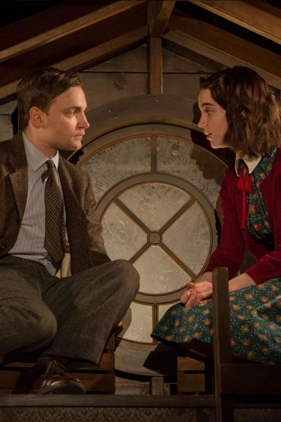 Antonio Zhiurinskas (Peter van Daan) and Sophie Thatcher (Anne Frank)