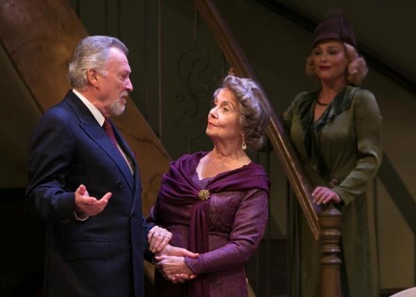 Oscar Wolfe (Edmond Genest) asks to Fanny Cavendish (Elizabeth Shepherd) to read for  Photo