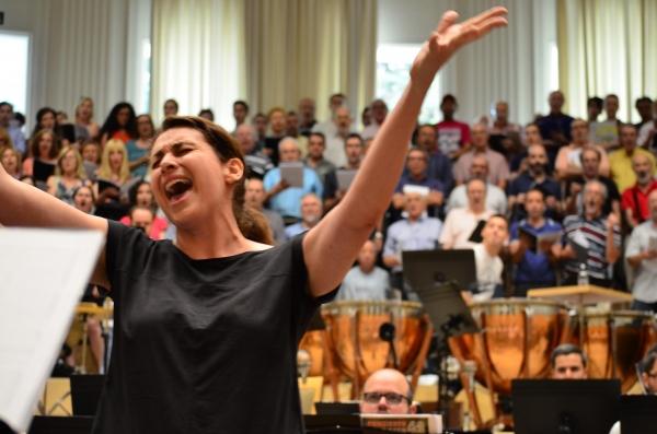 Sara Perez y el coro de La Calle 42. Foto: Maria Aparicio Photo