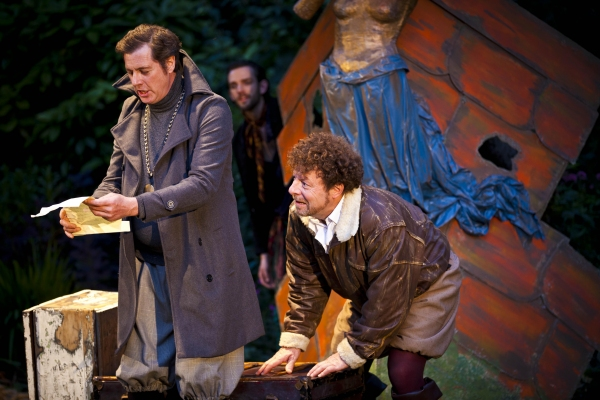 Malvolio (Tony Bell), Feste (Nick Howard-Brown), Sir Toby (Robert Maskell)