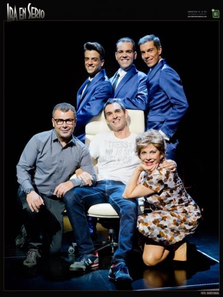 El reparto de IBA EN SERIO junto a su director, Juan Carlos Rubio (Foto: Javier Naval)