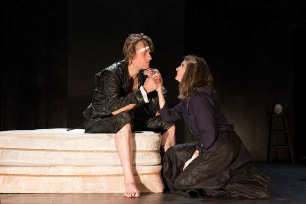 Photo Flash: First Look at Michael Laurence and Annette O'Toole in HAMLET IN BED