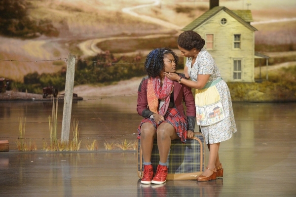 Shanice Williams as Dorothy, Stephanie Mills as Auntie Em