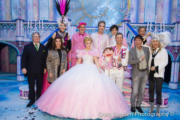 Jim Davidson, Jane McDonald, Cliff Richard and Gaby Roslin with the cast of CINDERELLA