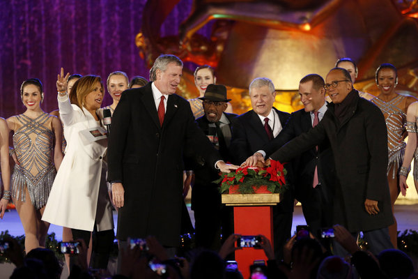 CHRISTMAS IN ROCKEFELLER CENTER -- Pictured: (l-r) Hoda Kotb, Mayor Bill de Blasio, Al Roker, Jerry Speyer, Rob Speyer and Lester Holt during the 2017 Christmas In Rockefeller Center  -- (Photo by: Eric Liebowitz/NBC)