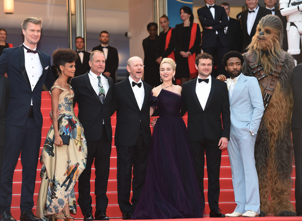 Simon Emanuel;Joonas Suotamo;Thandie Newton;Woody Harrelson;Ron Howard;Emilia Clarke;Alden Ehrenreich;Donald Glover;Chewbacca