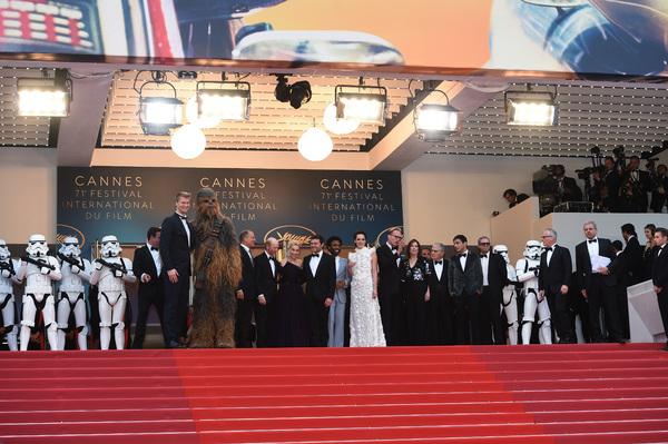 Chewbacca;Joonas Suotamo;Woody Harrelson;Ron Howard;Emilia Clarke;Alden Ehrenreich;Donald Glover;Phoebe Waller-Bridge;Paul Bettany;Kathleen Kennedy;Jonathan Kasdan;Thierry Fremaux