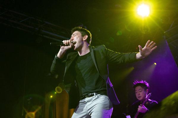 Photo Flash: Adam Kaplan, Ben Fankhauser, and More Sing Kelly Clarkson at Highline Ballroom