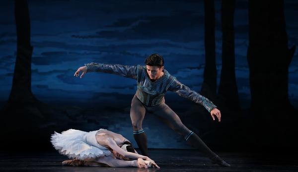 Houston Ballet Principals Yuriko Kajiya as Odette and Chun Wai Chan as Siegfried in Stanton Welch's Swan Lake.