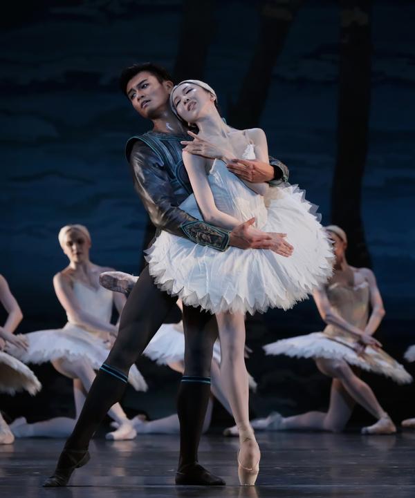 Houston Ballet Principals Yuriko Kajiya as Odette and Chun Wai Chan as Siegfried with Artists of Houston Ballet in Stanton Welch's Swan Lake.
