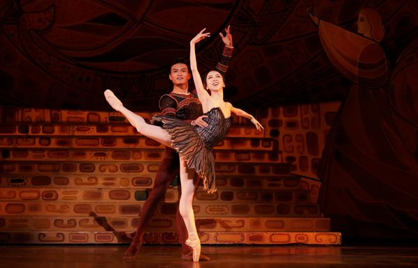 Houston Ballet Principals Yuriko Kajiya as Odile and Chun Wai Chan as Siegfried in Stanton Welch's Swan Lake.