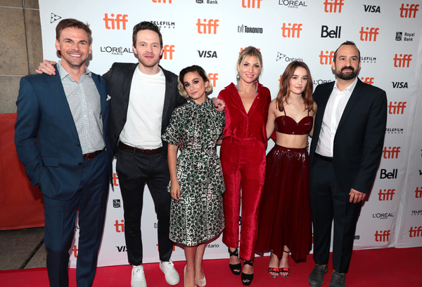 Tommy Dewey, Mark O'Brien, Molly Ephraim, Ari Graynor, Kaitlyn Dever and Steve Zissis Photo