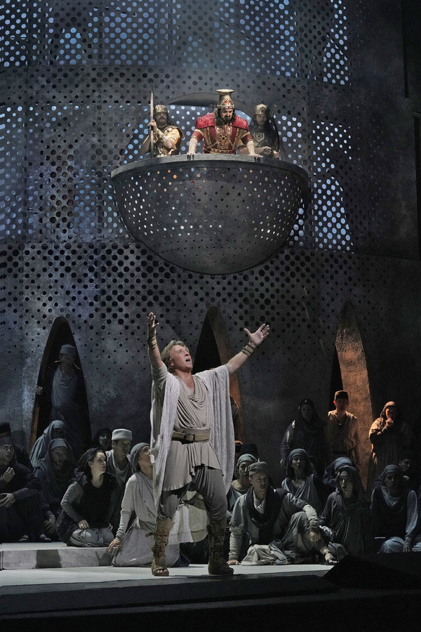 "Roberto Alagna as Samson and Elchin Azizov as Abimélech in Saint-Saëns's ""Samson et Dalila."""