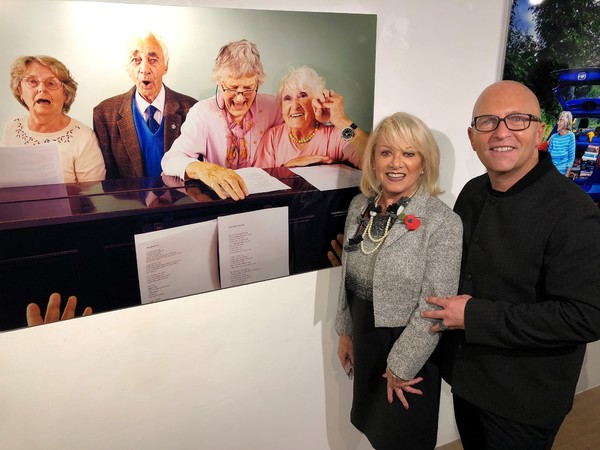 Elaine Paige and Nicky Johnston with Banbury singers