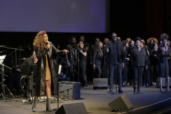 Jennifer Hudson and choir
