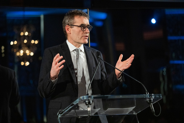 Photo Flash: Bryan Cranston, Tony Goldwyn and More Attend American Associates of The National Theatre Gala Celebrating NETWORK
