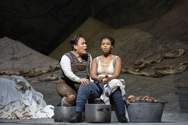 Photos: Kathleen Turner Makes Her Operatic Debut in LA FILLE DU REGIMENT
