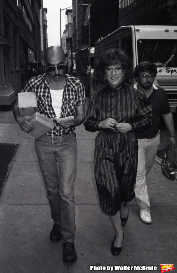 Dustin Hoffman with his hairdresser on the set filming TOOTSIE on June 9, 1982 in New Photo