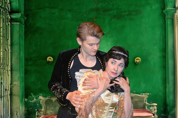 Rupert Spraul as Hamlet and Julie Lynn Baber as Gertrude Photo