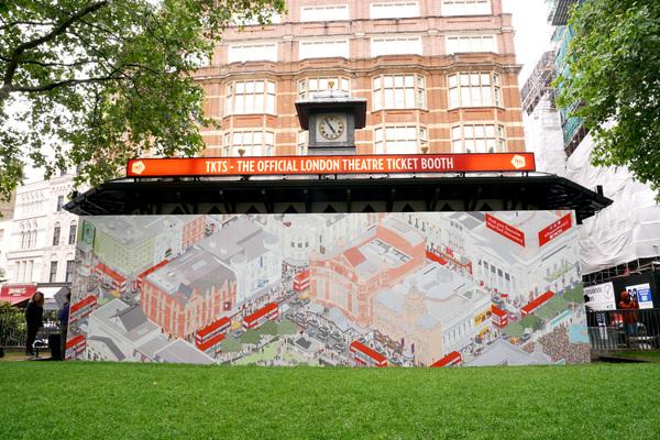 Photos: TKTS Unveils Theatre Mural Alongside West End Stars
