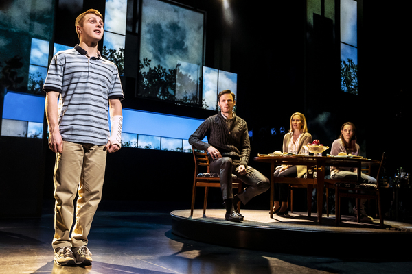 Sam Tutty (Evan Hansen), Rupert Young (Larry Murphy), Lauren Ward (Cynthia Murphy, Lu Photo