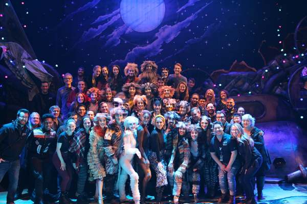 Celine Dion and the cast of CATS Photo